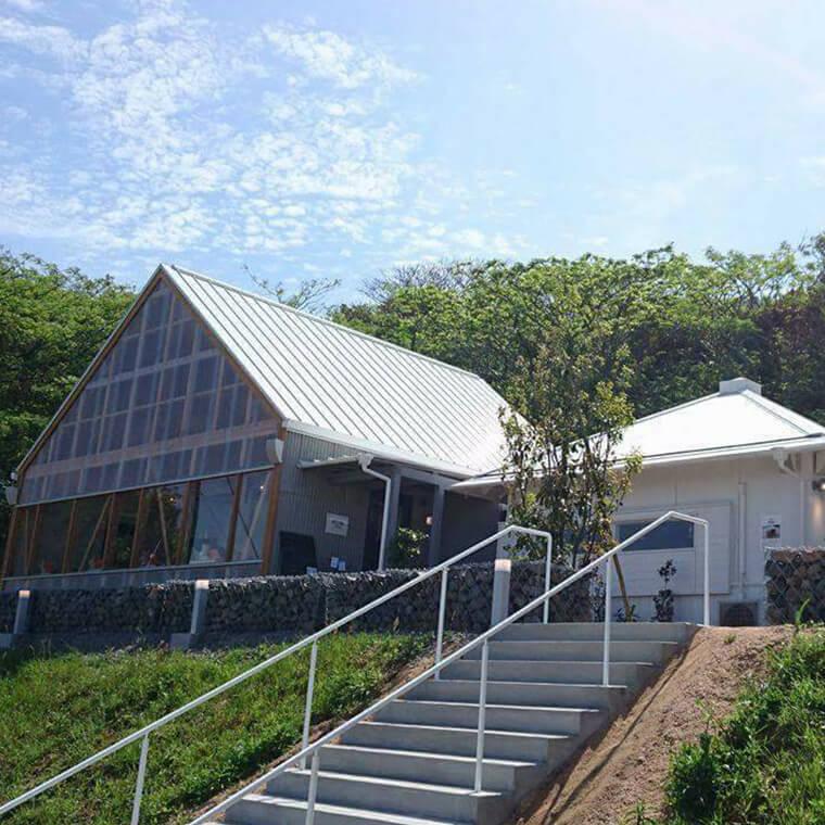 角島大橋が見渡せる絶景カフェ&レストラン「晴ル家」オープン